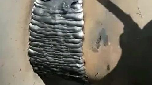 焊工师傅技术不到家啊,刚焊的东西一敲就掉了