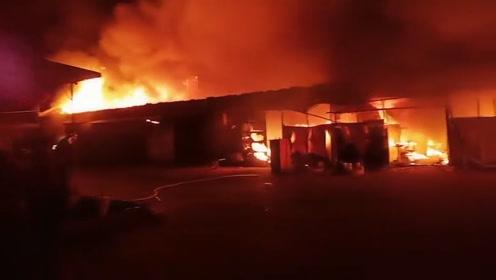 河北承德一农资店失火,附近居民心疼:全着了,好几百万啊!