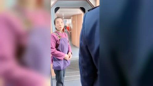 """消防员高铁上偶遇战友母亲 一句""""不想打扰他""""让人泪目"""