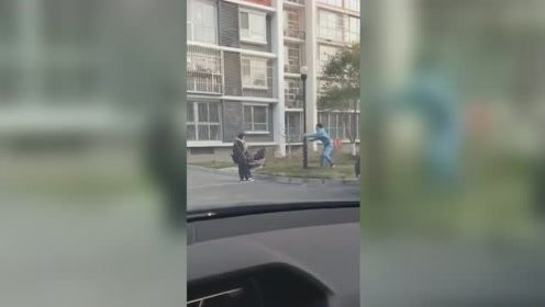 北京遭大风袭击一家三口被吹着走 网友:走不成直线