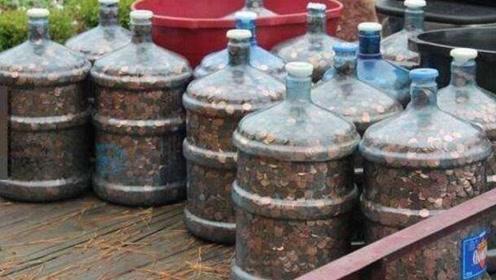老人存了45年的硬币,装满了15个水桶,到银行兑换子女却无法继承!