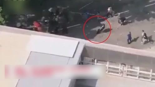 被暴徒击中头部男子死亡 港府对暴徒恶行表示愤慨