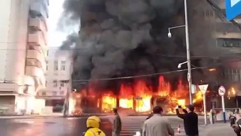 火光冲天!安徽蚌埠一居民楼突发火灾,目击者:你看它炸得