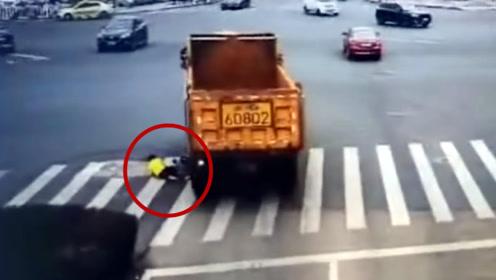 """监拍:女子骑自行车和大货车""""抢道""""被撞倒 货车车轮挨着女子滚过"""
