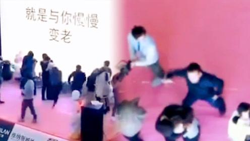 3秒被扇5下!女子参加接吻大赛 男子冲上台对其劈头狂扇