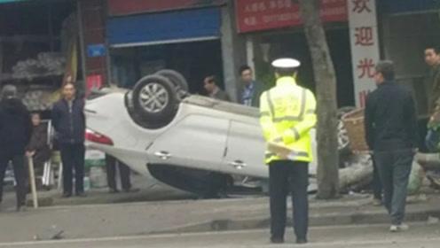 """小车""""四轮朝天""""侧翻路边 车辆受损严重安全气囊弹出"""