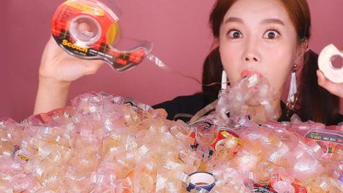 """韩国吃播小姐姐吃""""胶带"""",直接扯了满满一桌子,边扯边吃太开心了!"""