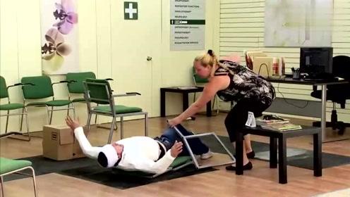 诊所里发生这一幕,病人被摔得太惨了