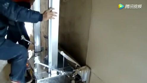 经朋友介绍买的水泥抹灰机,一天能抹五百平米的墙壁,这才发财了