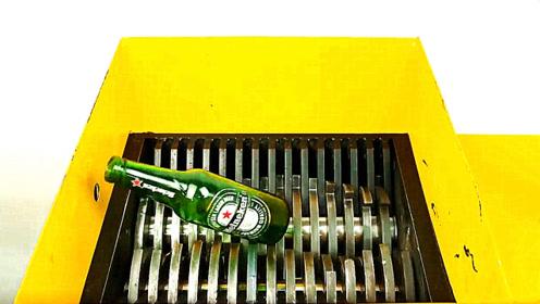 老外作死把啤酒瓶放到粉碎机中,啤酒瓶会被挤碎吗?结尾高能!