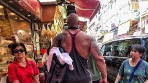 肌肉野兽巨石强森走在香港街头, 彪悍身材吓坏居民, 路过大妈亮了