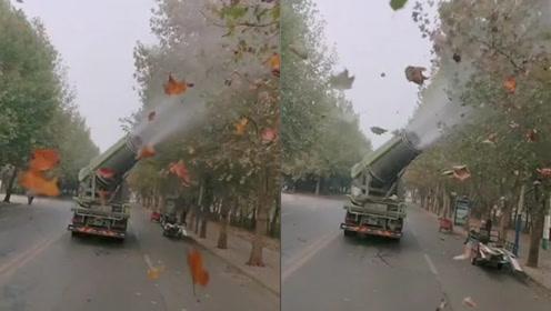 """河南环卫工用""""雾炮车""""吹树叶?城管局:司机角度没调好已批评"""