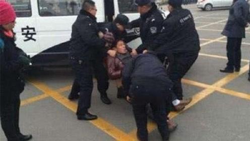 警察抓犯人的时候为何要拉响警报?不怕犯人跑了么?背后暗藏猫腻