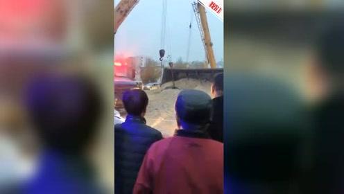 河北秦皇岛一满载沙土货车侧翻 埋压旁边轿车致1人死亡