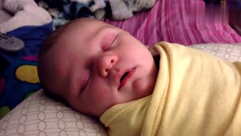 在睡觉的宝宝突然笑,好可爱哦