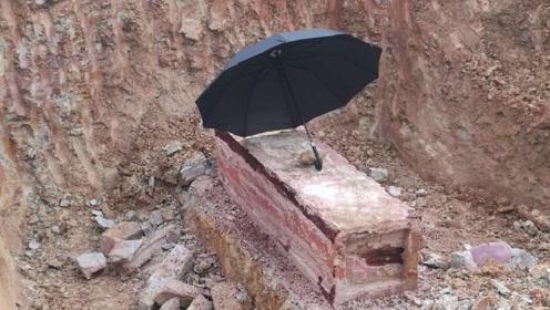 工人修路挖出一口棺材,向里面一瞧可不得了,众人当场站不稳了