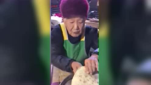郑州94岁煎饼奶奶火了,一句话惊醒无数年轻人