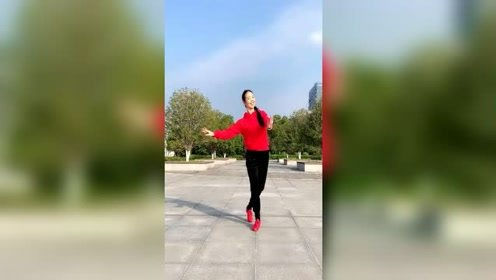 苏州雨夜老师最新广场舞《东北的冬东北的情》,跳的好有味道