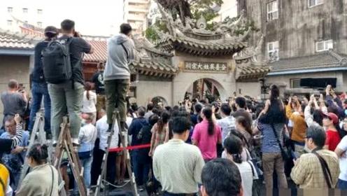 林志玲婚礼场外挤满500人,有人爬墙有人爬梯对着宗祠狂拍如闹市