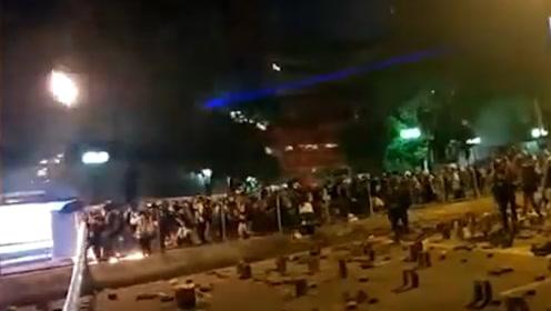 大水冲了龙王庙?苹果日报记者被扔汽油弹 对暴徒破口大骂