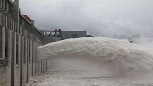 三峡大坝排水泄洪时为什么一定要把水引上天空?看完终于明白了