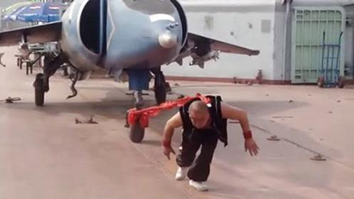 功夫牛人!中国大哥竟用耳朵拉动4顿重的飞机