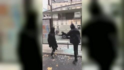 """纹丝不动!法国示威者砸玻璃砸到""""怀疑人生"""":石头棍棒都砸不烂"""