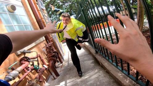 最惊险的一次跑酷,小伙与保安来回周旋,他们可以成功逃脱吗?