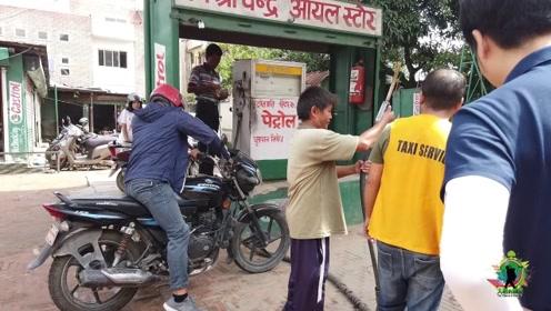 尼泊尔人月工资600元,当地汽油每升多少钱?感觉开摩托都很费钱