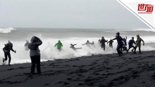 游客海边忙自拍被大浪卷下水 海警边拍边吐槽:一群蠢货