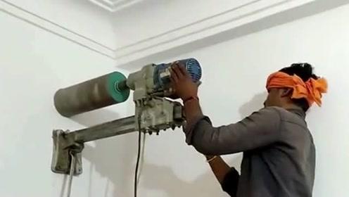 印度小伙用水钻穿墙,只需要人工扶着调节力度,看看这技术怎么样?