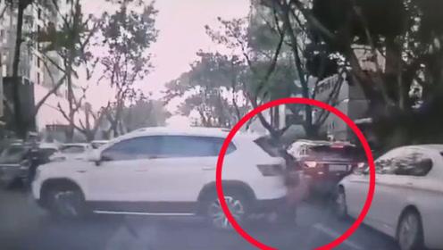 女司机调头却加速倒车!撞3人其中1名幼童瞬间被卷车底