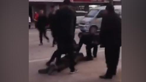 信阳光山一男子驾车冲撞乡政府工作人员 致2死1伤