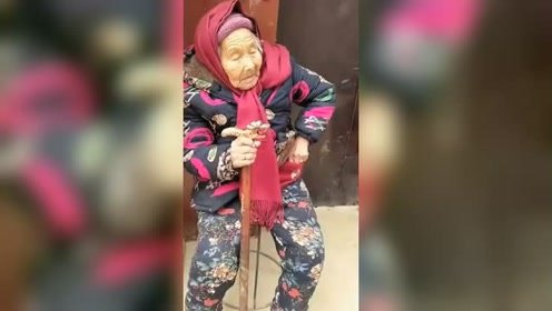 107岁妈妈给84岁女儿捎糖吃 女儿脸上笑开花
