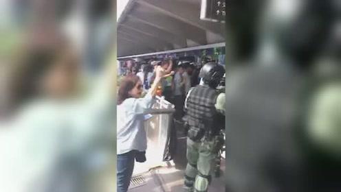 """正义最强音!港警执行任务 众多市民自发高喊""""警察加油""""!"""