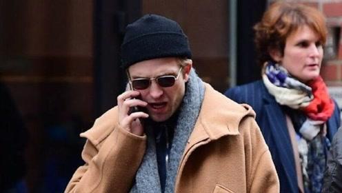 男神罗伯特·帕丁森穿驼色大衣出街,网友:这些年你终于帅回来了