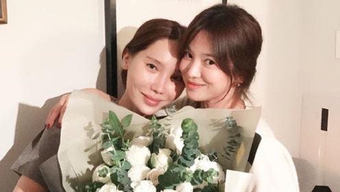 宋慧乔离婚后的首个生日不寂寞 收大束鲜花与好友依偎