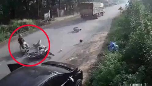 摩托车遭遇小车开门杀!两名男子腾空飞出倒地画面惊险