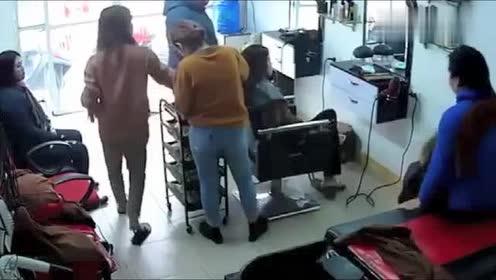 女子在理发店变换着座位!老板娘毫无防备!丢人被拍下!