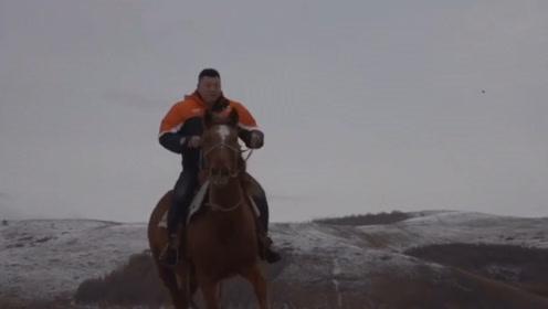 内蒙古迎来降雪 快递小哥雪地骑马取快递 网友:我的解释白费了!