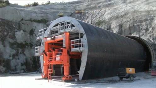 海里全是水,海底隧道是如何修建完成的?看完感叹:祖国真强大!