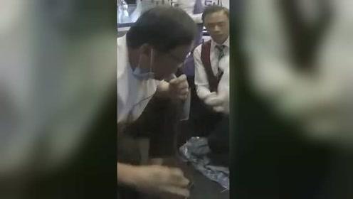 医生飞机上用嘴帮急症老人吸尿:只是天职所在