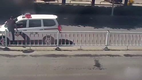 最快出警速度!哥俩不走斑马线翻越护栏,人还未落地交警已经赶到!