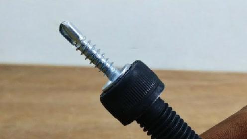 在螺丝上钻一个孔,就做成这么好用的工具,真是天才的思维!