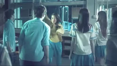 女子拿着法器来到鬼教室!看着一个个熟悉的面孔又心软了