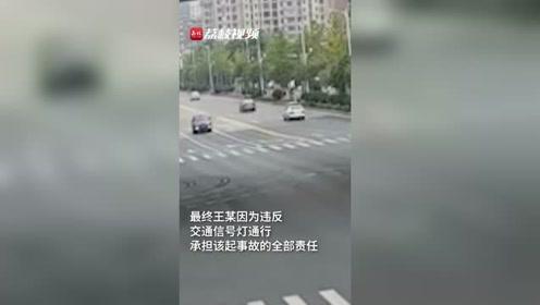 小摩托闯红灯中途停下被车撞:承担全部责任