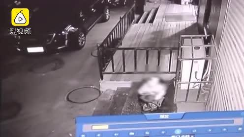 母亲离家,3岁男孩被父亲装编织袋遗弃,5小时后自行爬出求救