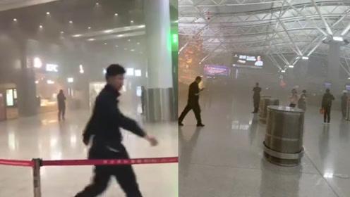 西安咸阳国际机场T3航站楼冒浓烟 冒烟点为一微型睡眠屋