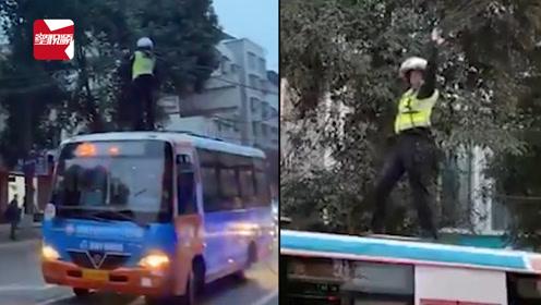 四川绵阳交警站公交车顶托举电缆,当事民警:害怕,但职责所在!