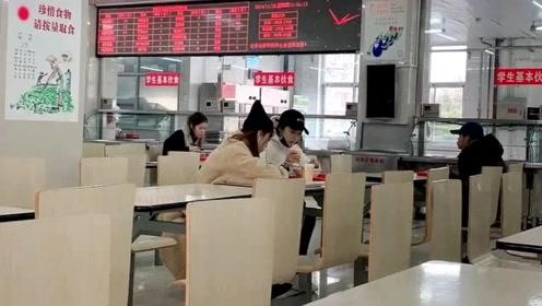 关晓彤北电食堂被偶遇,用餐随性接地气,皮肤超好大长腿抢镜